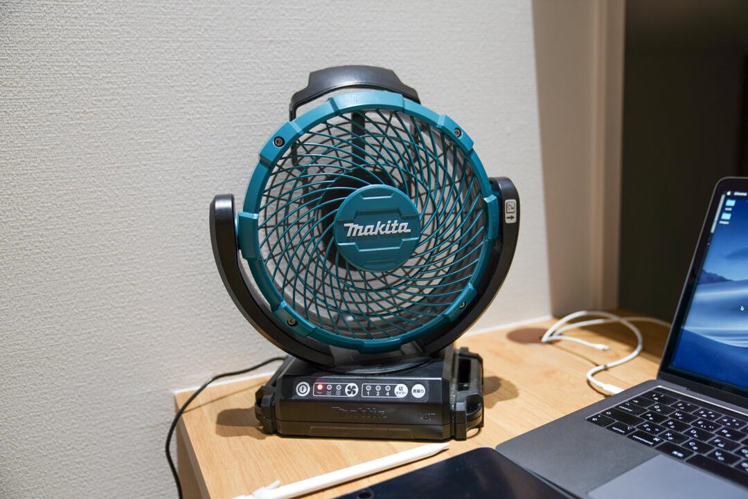 マキタの充電式ファンはバッテリーがなくなっても、コンセントとコードさえあれば動かすことができる