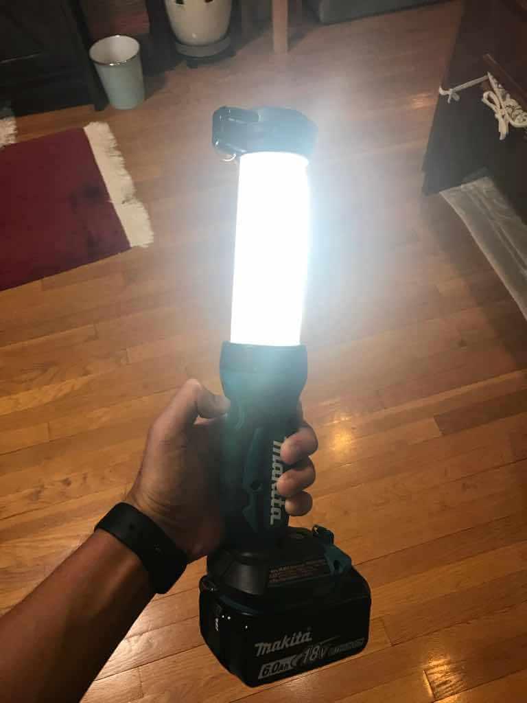 マキタの充電式LEDワークライトは手前(180度)だけ光を照射する10灯モードを選択できる