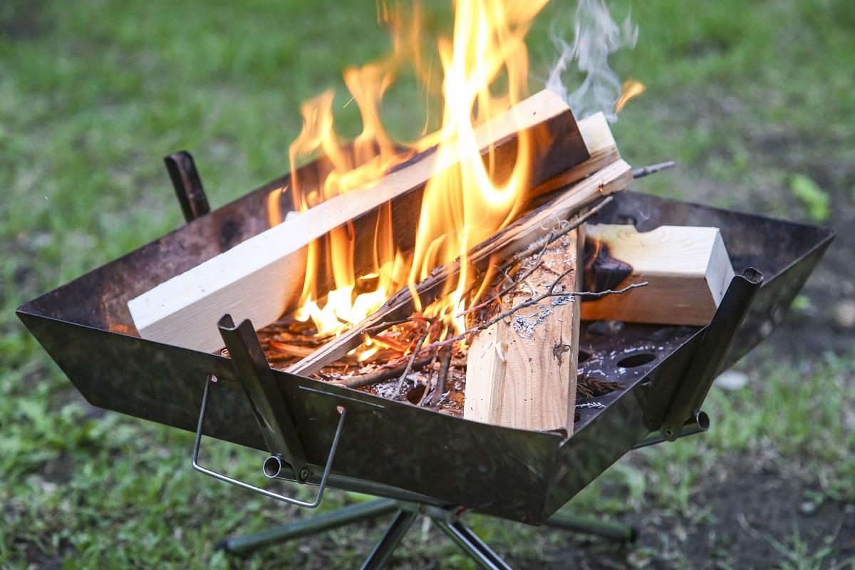 焚き火の基本的なルールは「キャンプ場で焚き火台を使って楽しむ」「後処理は完全消化して、キャンプ場のルールに従って廃棄する」