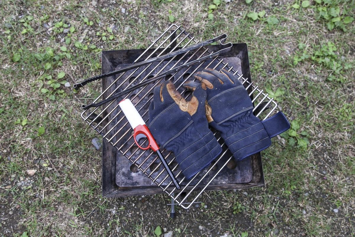 焚き火に必要な基本な道具は、焚き火台、グローブ、トング、チャッカマン