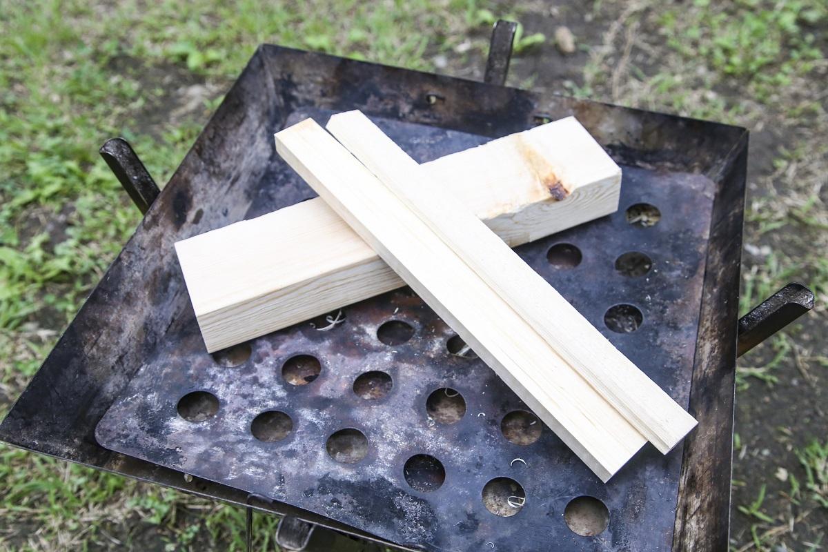 その太い薪に、別の薪を立てかけるように置く