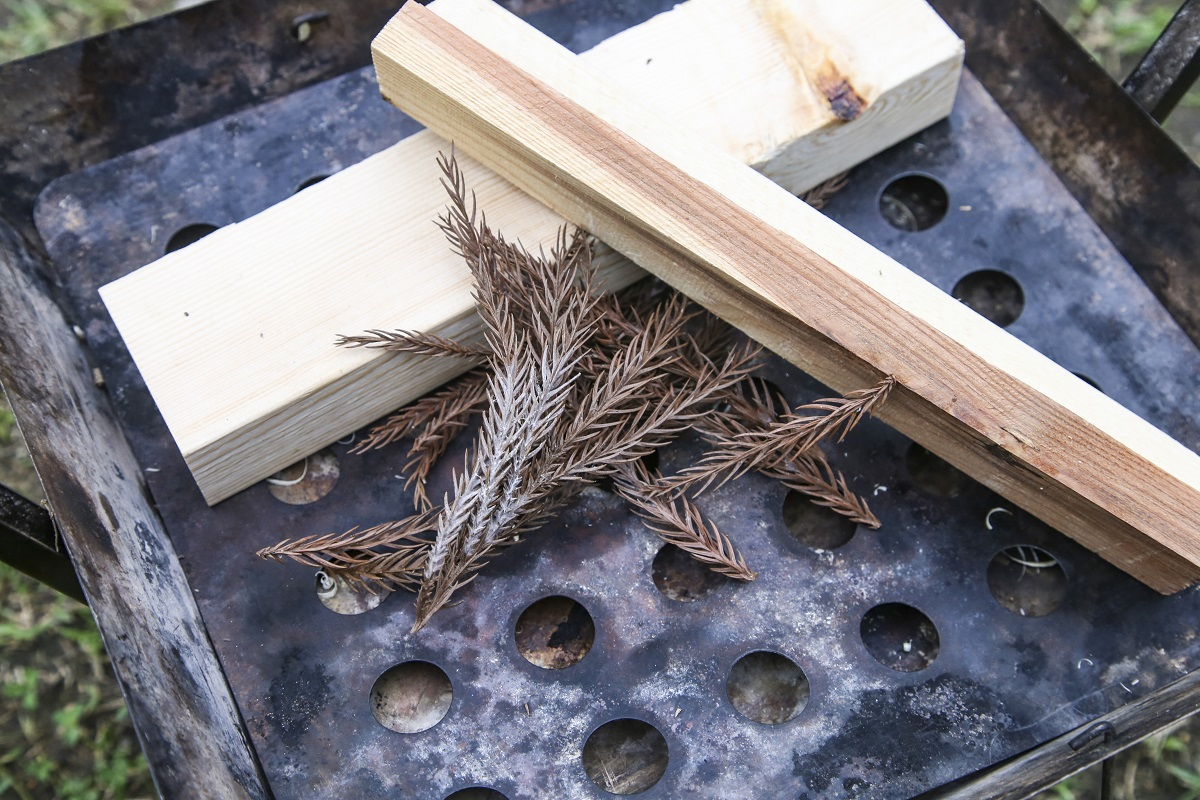差し掛けた薪が交差するあたりに着火剤を入れ込む