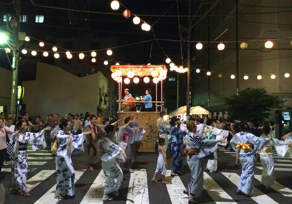 筆者が好む下町情緒溢れる盆踊り会場(踊り場)。入船三丁目にて