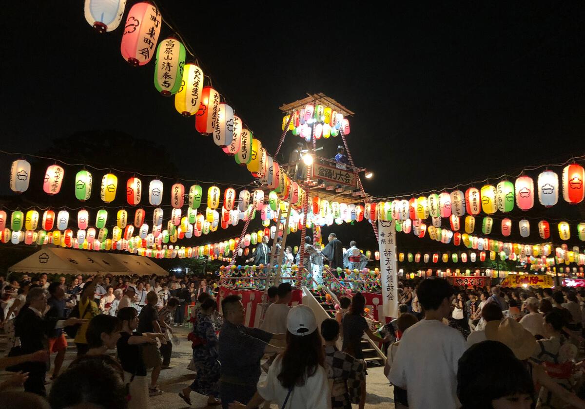 色とりどりの提灯が櫓を彩る「祐天寺み魂まつり子ども盆踊り大会」
