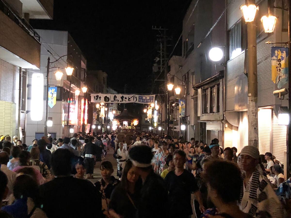 日本三大盆踊りの一つ・郡上おどりと同じルーツを持つ、岐阜・郡上市の白鳥(しろとり)おどりは、地元の踊り子が中心。8月13日から15日の3日間が徹夜おどりとなる