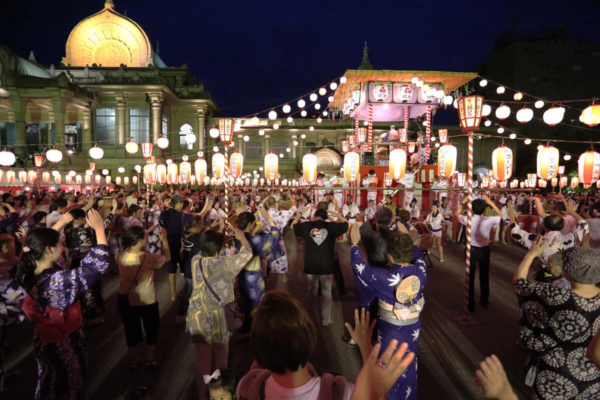 寺院ならではの荘厳さと、華やかな雰囲気、そして場外市場の名店。まさに東京を代表する盆踊り会場