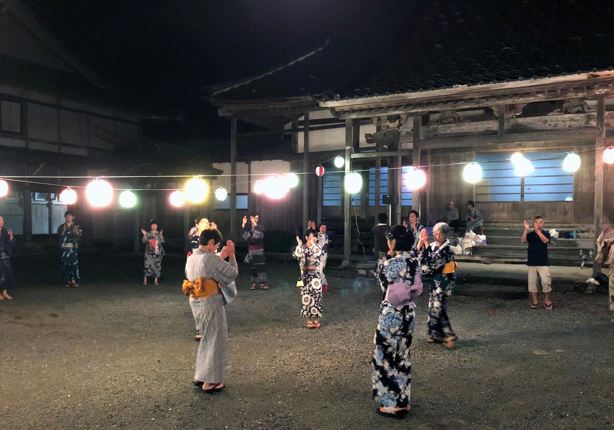 人口わずか350人の町でも、盆踊りは毎年欠かさず開催される。岐阜・石徹白(いとしろ)の威徳寺(いとくじ)にて
