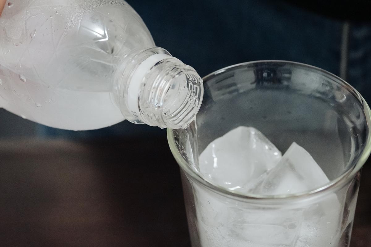 炭酸水を注ぐ