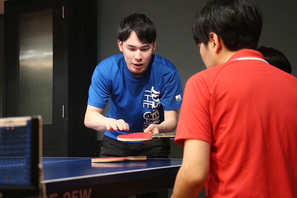 卓球の実践練習をするライターと鈴木コーチ