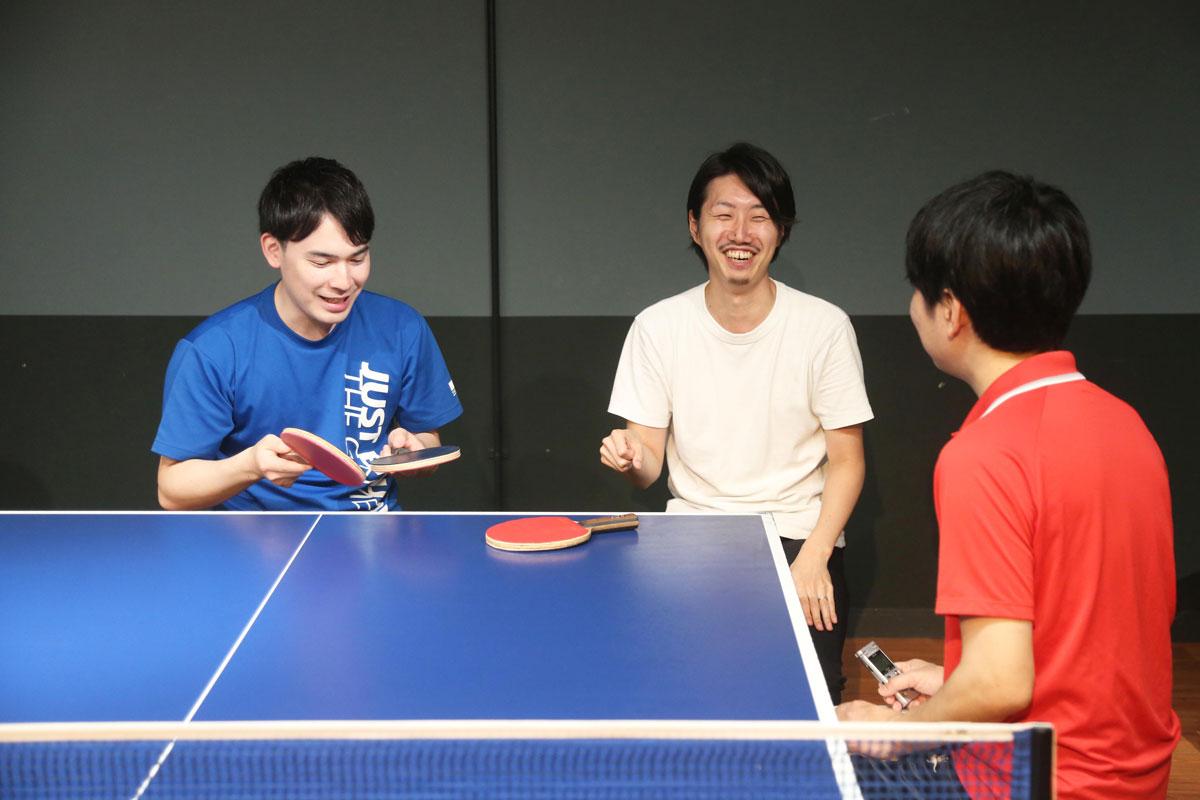 レクチャーを受けて会話をするライターと駒井さんと鈴木コーチ