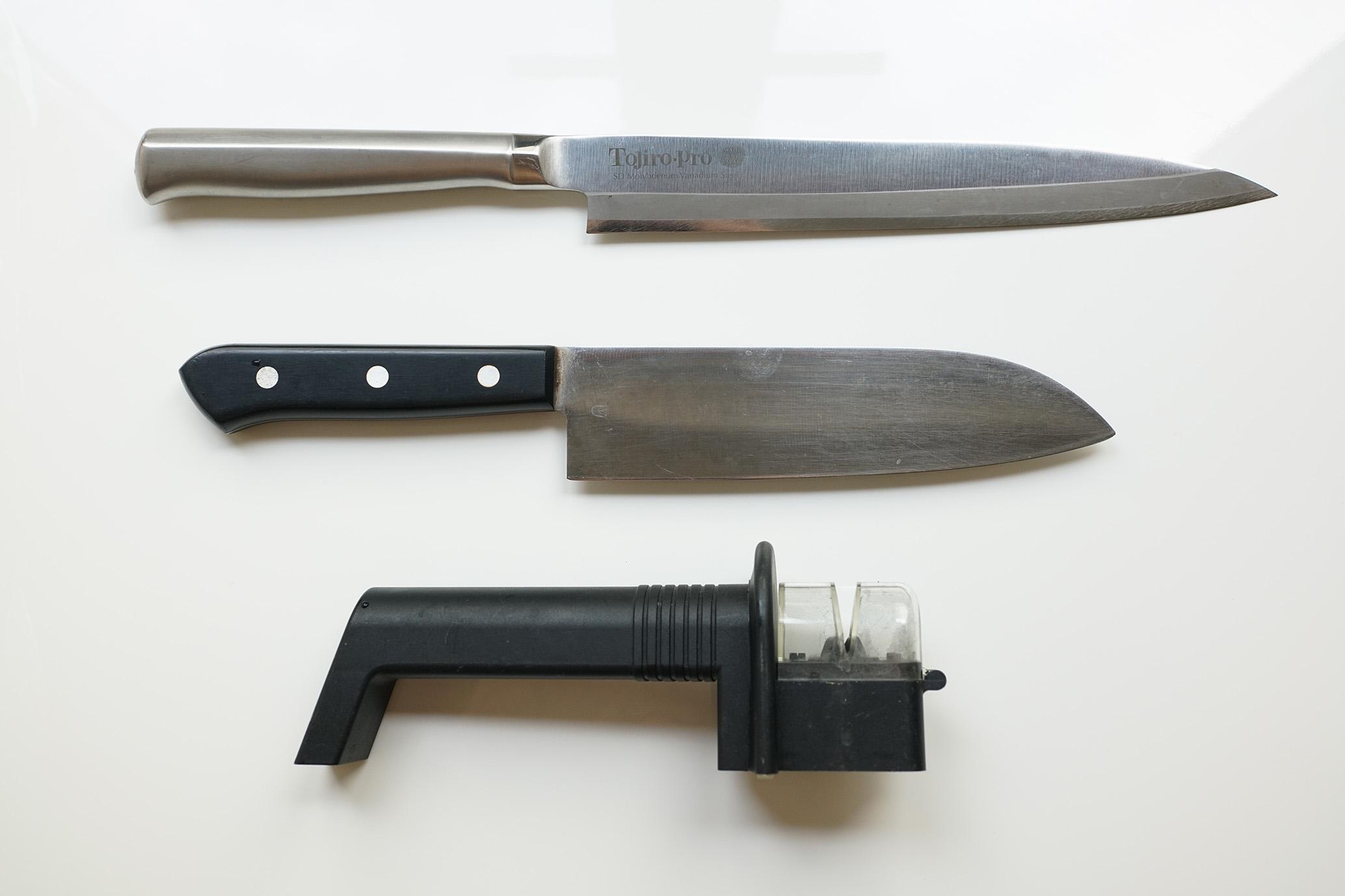 上から柳刃包丁、普通の出刃、京セラロールシャープナー