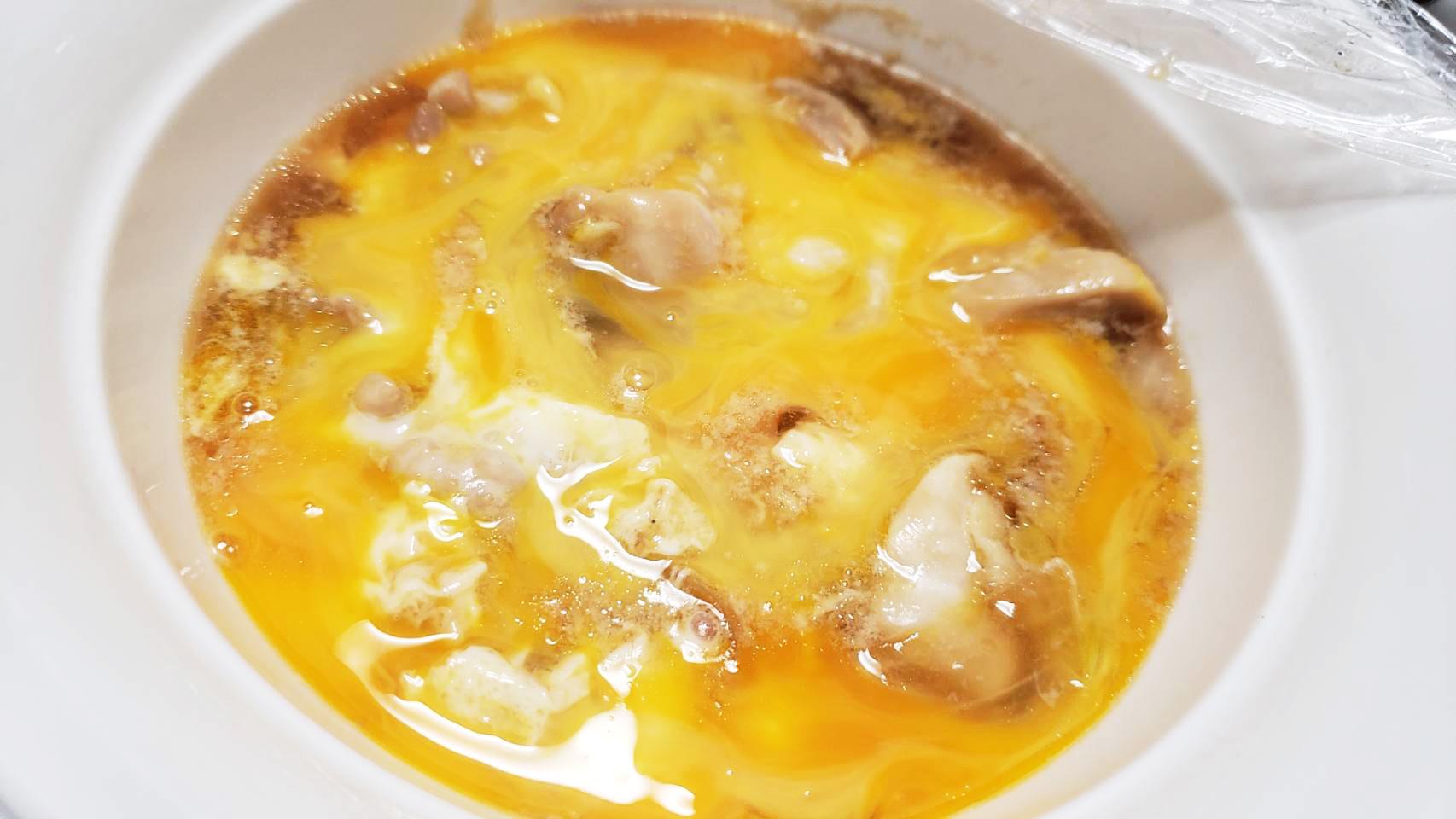 バズレシピ・リュウジさんの簡単レシピ。名店の味を家のレンジで再現!!「レンジで超とろとろ半熟親子丼」の作り方。ちょうどいいサイズの丼にひと口大にぶつ切りした鶏もも肉、薄くスライスした玉ねぎ、★を入れてフワッとラップをし、レンジで4分(600w)加熱する。それに軽く溶いた卵1個分を入れラップしてレンジで40秒(600w)加熱して混ぜる。残りの溶き卵1個分を入れレンジで40秒(600w)加熱し、ご飯にのせたら完成