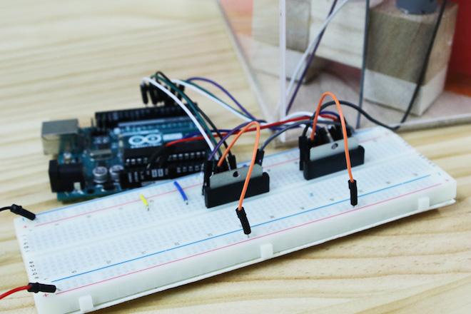 """藤原麻里菜が一人でドッジボールを楽しめる""""無駄づくり""""なマシーンを工作してみた。「Arduino」という基板にプログラムを入れ、このモーターの動きを制御する。奥にある緑色がArduino"""