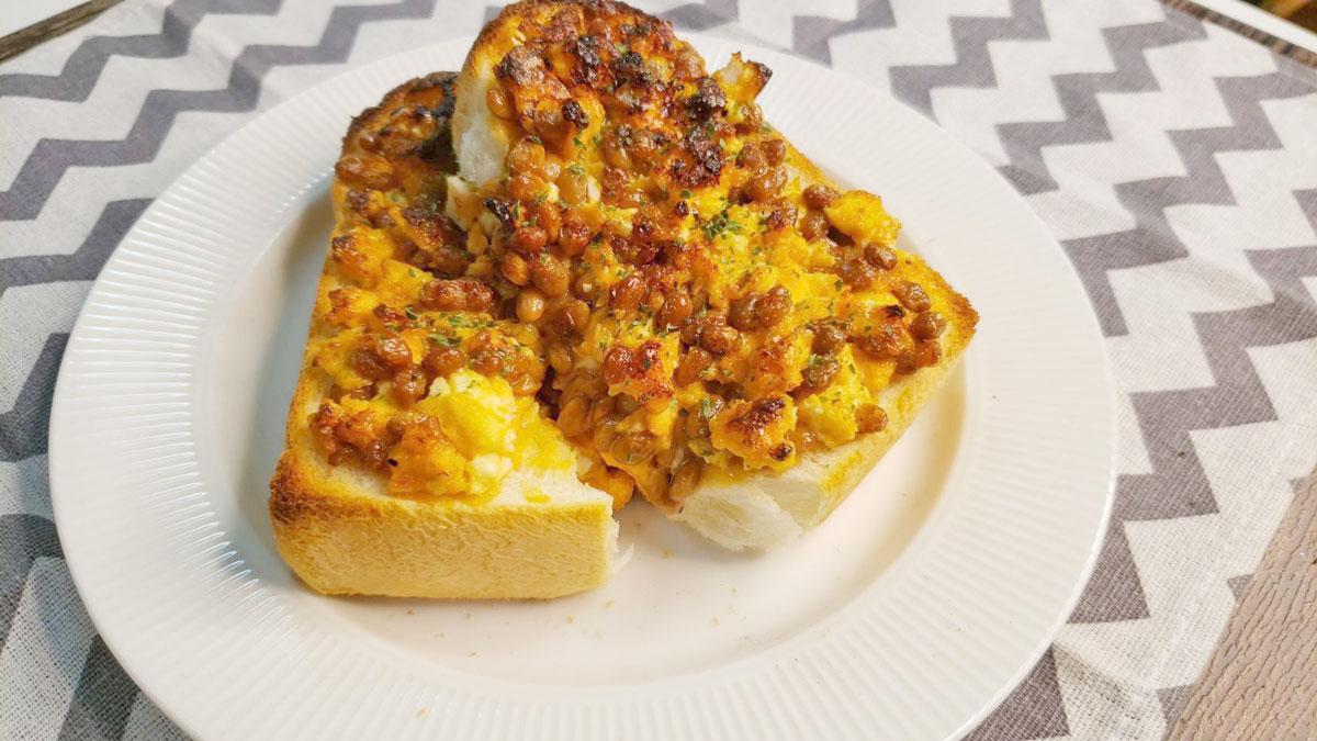 バズレシピ・リュウジさんの簡単レシピ。「悪魔のタルタル納豆トースト」