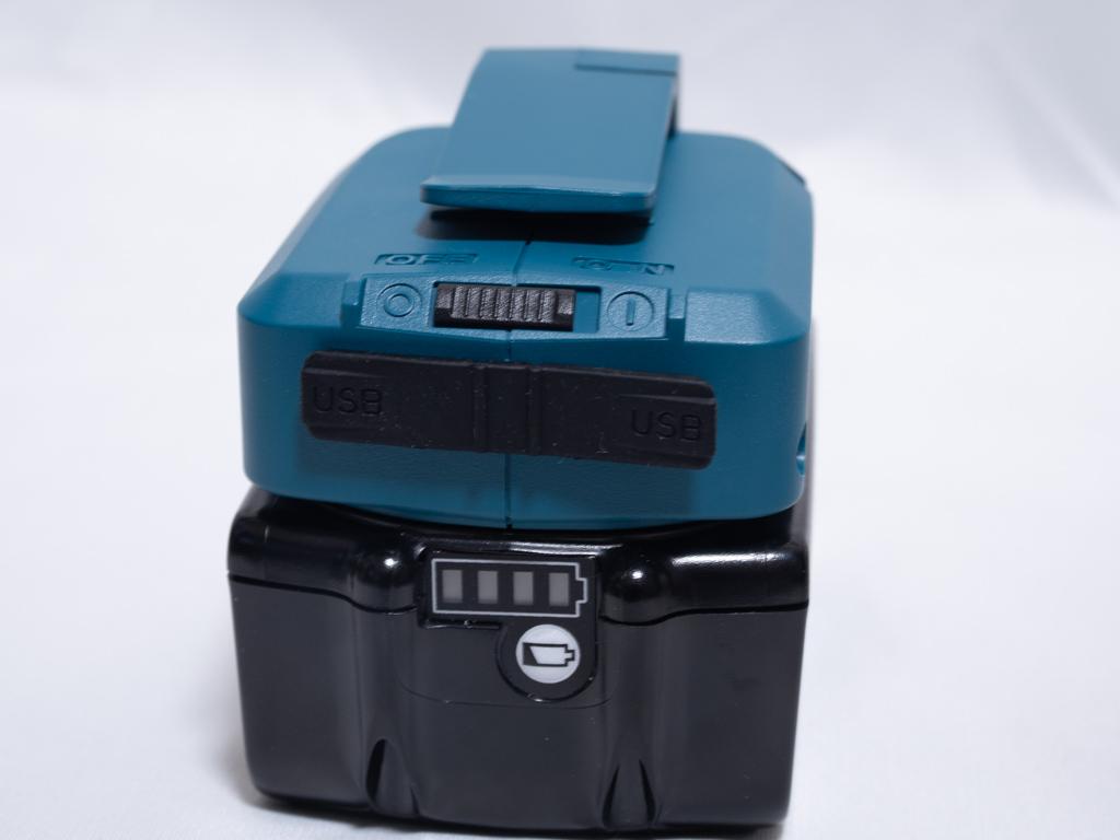 マキタのUSB用電源アダプタをバッテリに接続