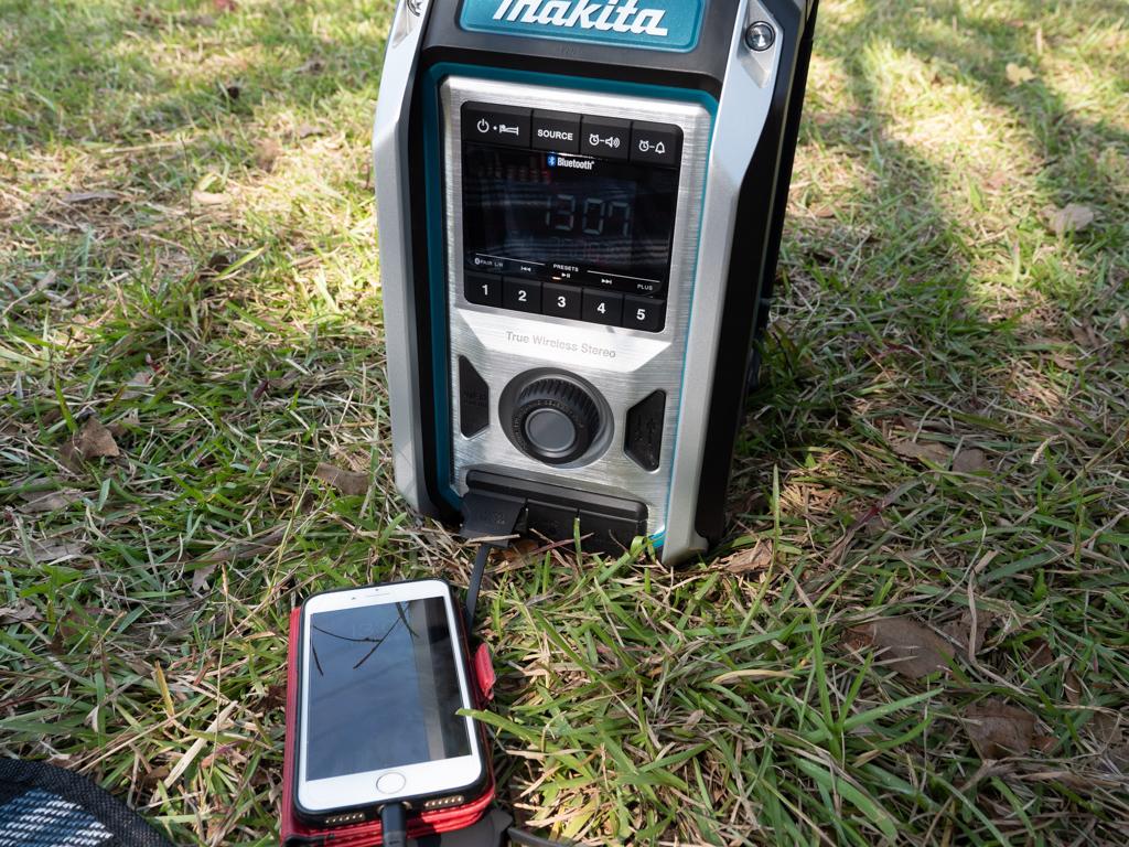 マキタの現場ラジオはスマホ充電もできる
