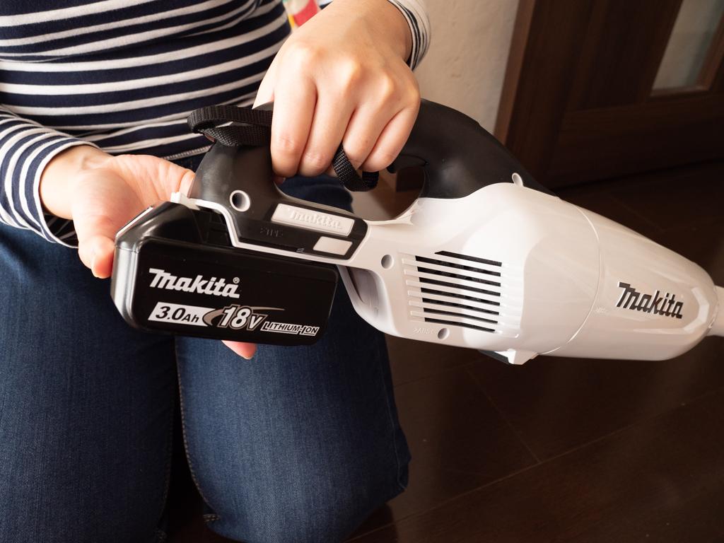 マキタの充電式クリーナーにバッテリをセットするところ