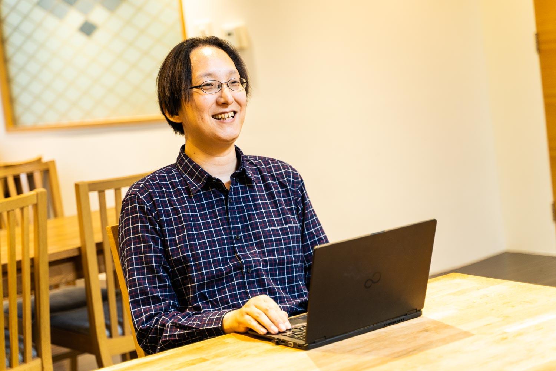 Linux小崎さん右向き写真