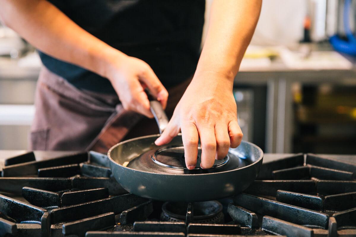 お皿をフライパンに乗せる