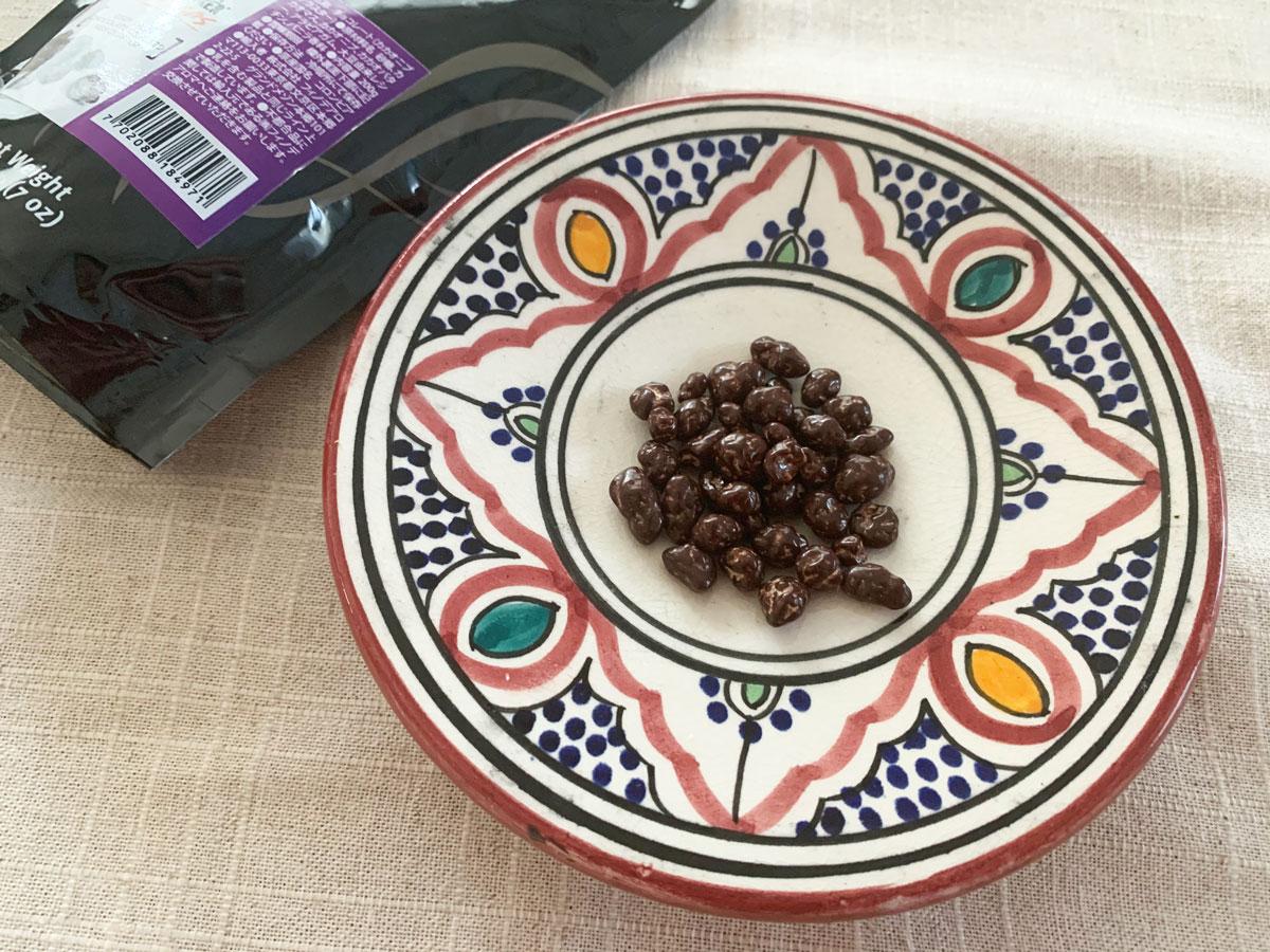 ウイスキーに合わせて、小皿にチョコレートを入れてポリポリ少しずつつまむのがオススメ