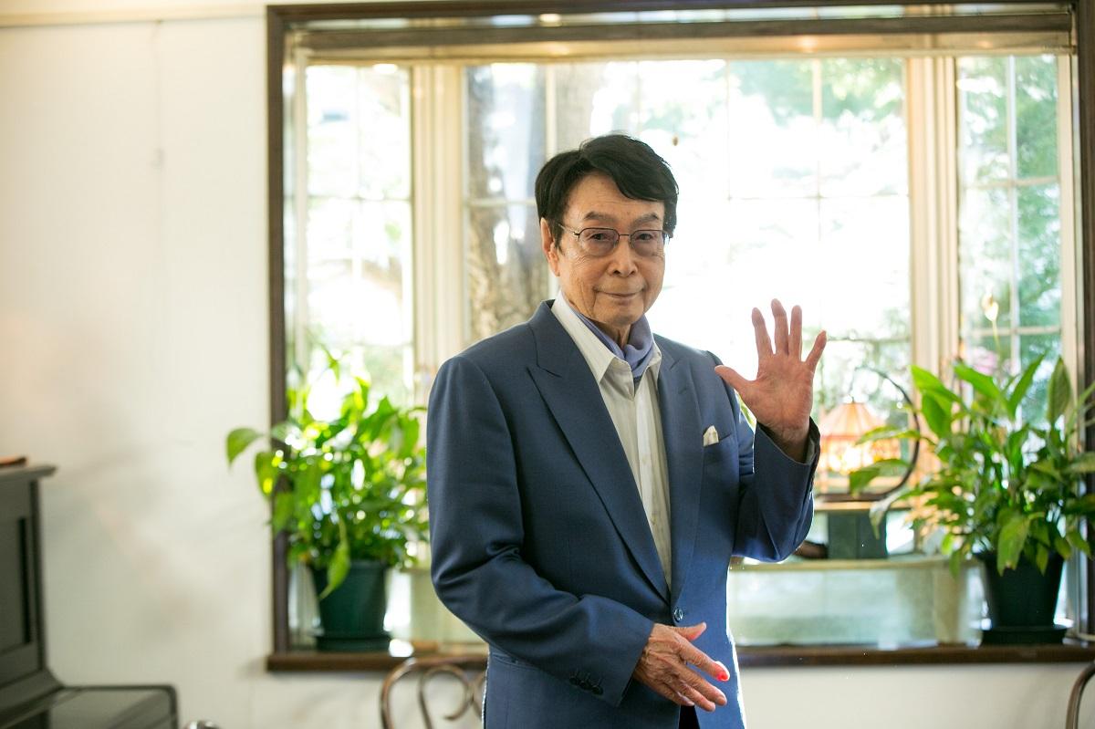 バイオハザードの神・鈴木史朗さんの略歴。1938年京都府出身の現82歳。早稲田大学に在学中は放送研究部に所属。その後TBSに入社、アナウンス室に。土曜日夜のニュースや「JNNニュースの森」「さんまのスーパーからくりTV」などで活躍。定年退職後はフリーのアナウンサーに。「バイオハザード4」に収録されている「THE MERCENARIES(ザ・マーセナリーズ)」のスコアアタックで驚異的な記録を持つなどゲーマーとしても知られる。