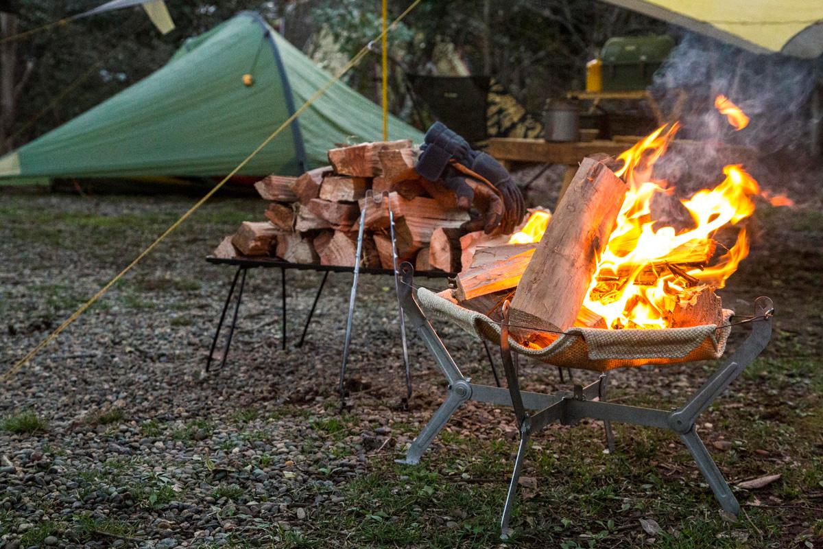 ソロキャン(ソロキャンプ)では焚き火などいろいろなアクティビティを好きに楽しめる