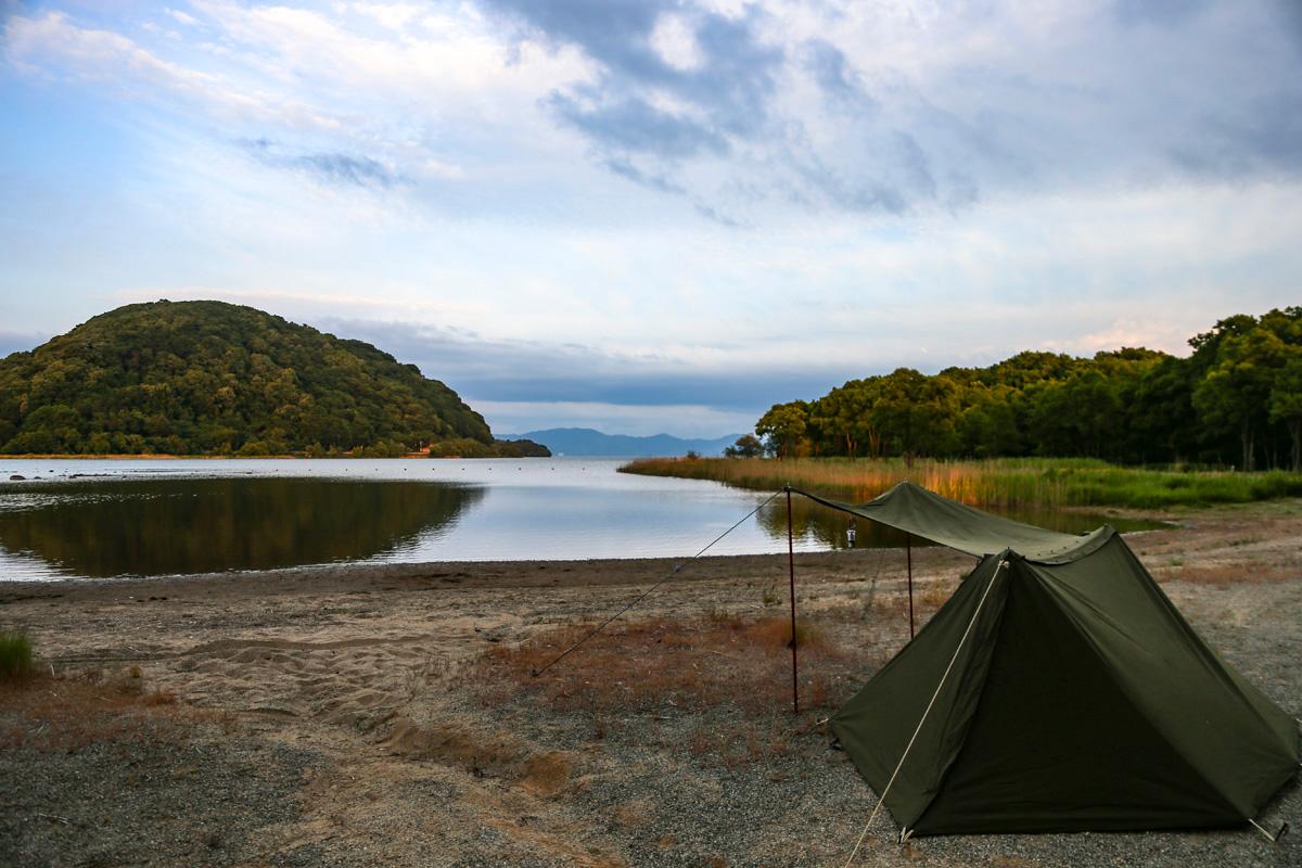 ソロキャン。湖畔に立てたテントサイトの様子