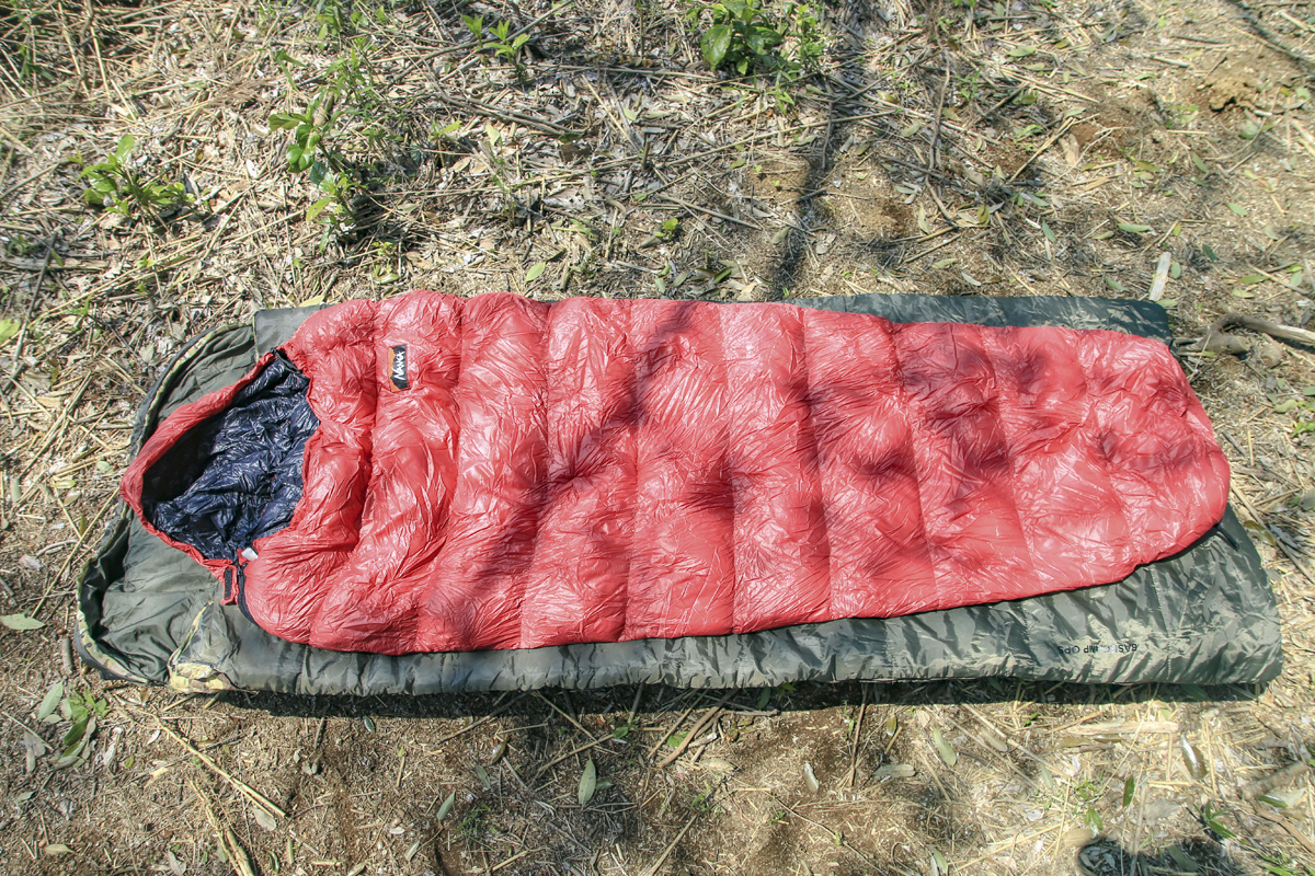 寝袋(シュラフ)の形状比較。マミー型と封筒型を重ねてみると、封筒型のほうがワイド