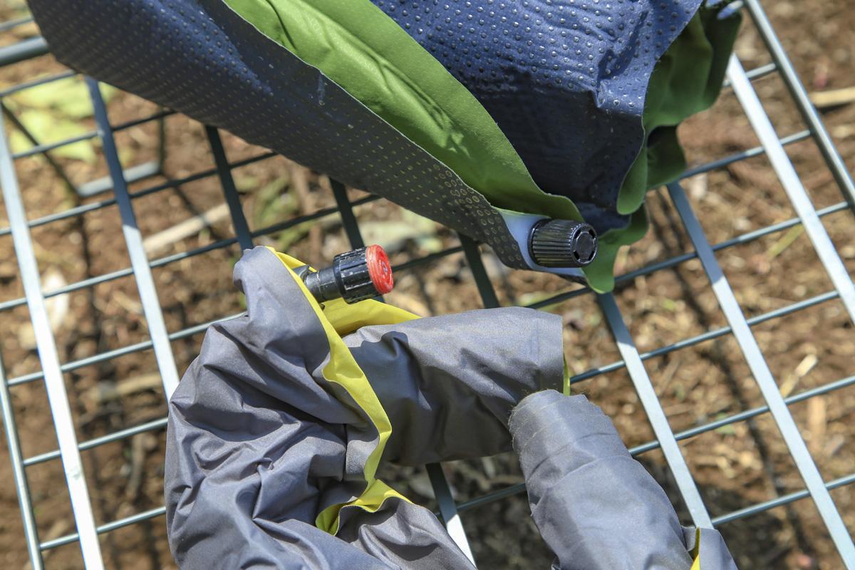 インフレータブルマットとエアーマット、いずれも空気を入れるためのバルブが付いている