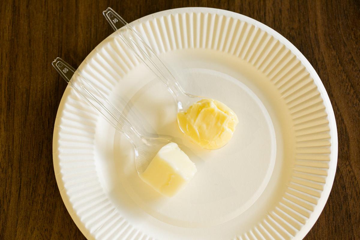写真上がピュアグラスフェッド バター。たしかに、色が濃い!