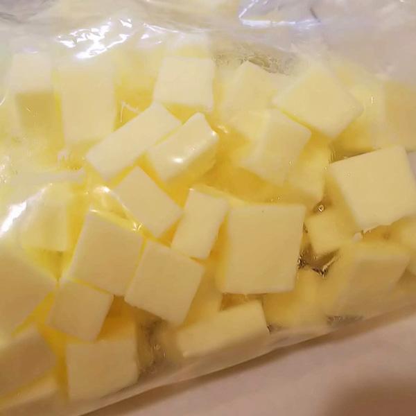 長尾さんが自宅でバターを保存するときの様子。カットしたら冷凍庫へ!