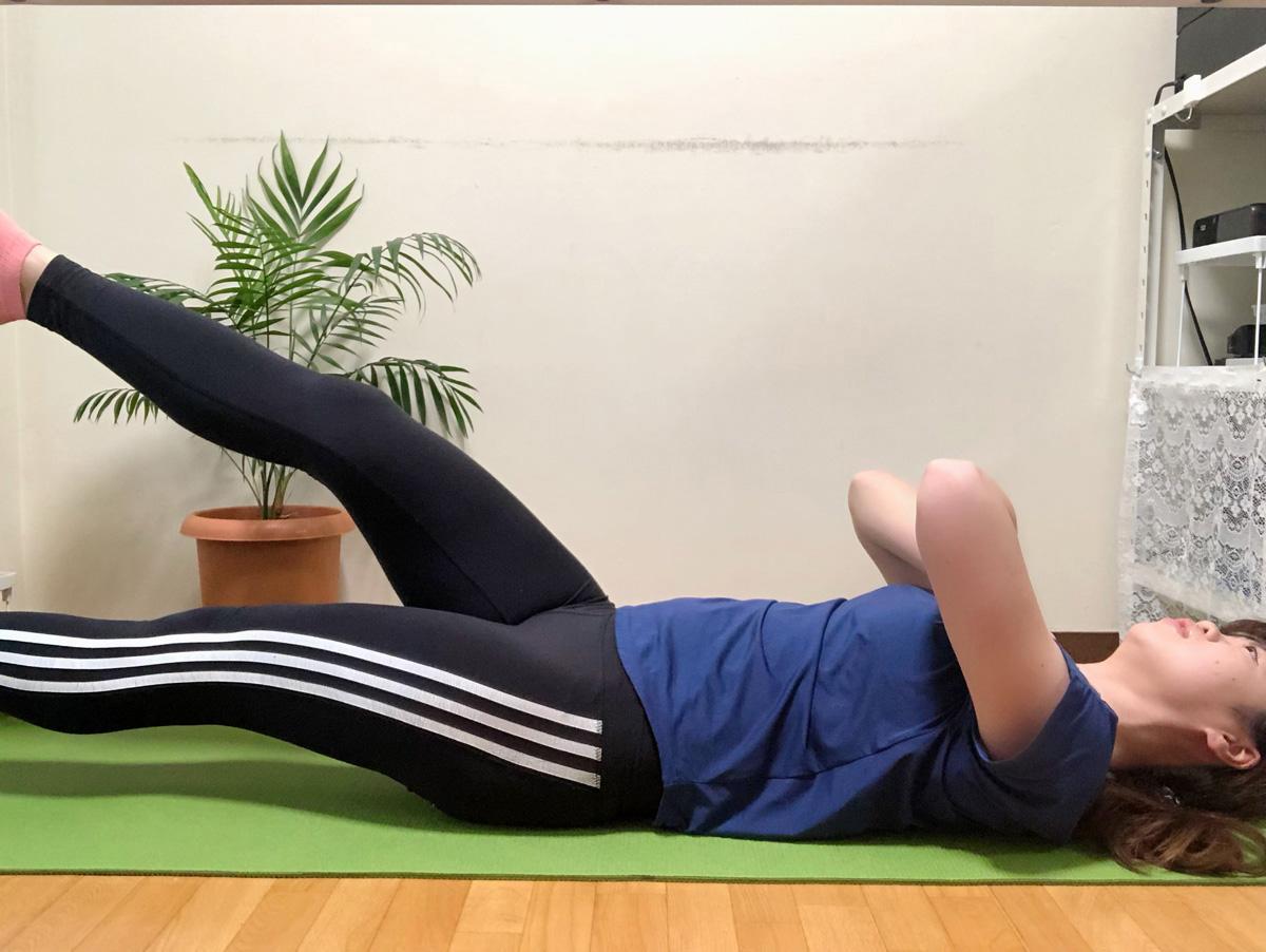 フラッターキック。腰が床から離れないようにぐっと腹筋に力を入れることがポイントです