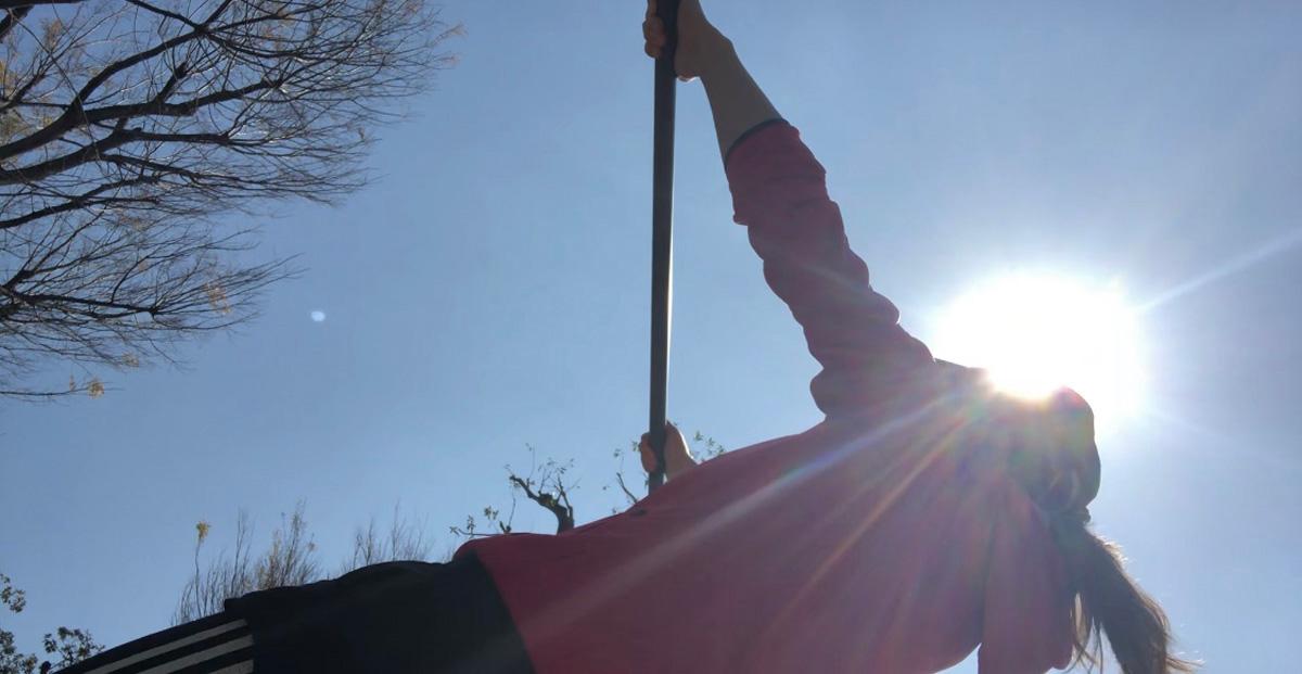 鉄棒では斜め懸垂とも呼ばれる種目で、腕から背中の筋肉を鍛えることもできます。
