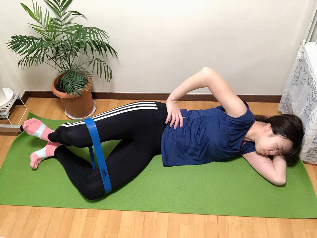 クラムシェル2。②かかとは離れないようにして、お尻の外側をぎゅっと縮めるように上側の膝を広げていく