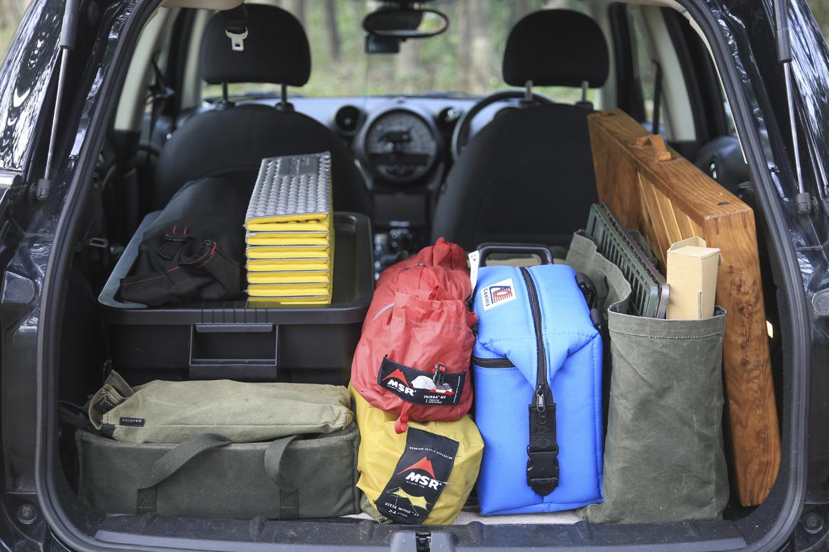 自動車へのキャンプギア収納はこのような感じ。用途別に収納バッグを分けると便利