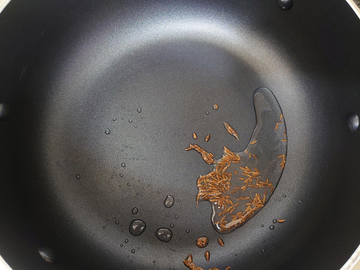 ジャガイモのサブジ作り方1。クミンシードを中火で炒める