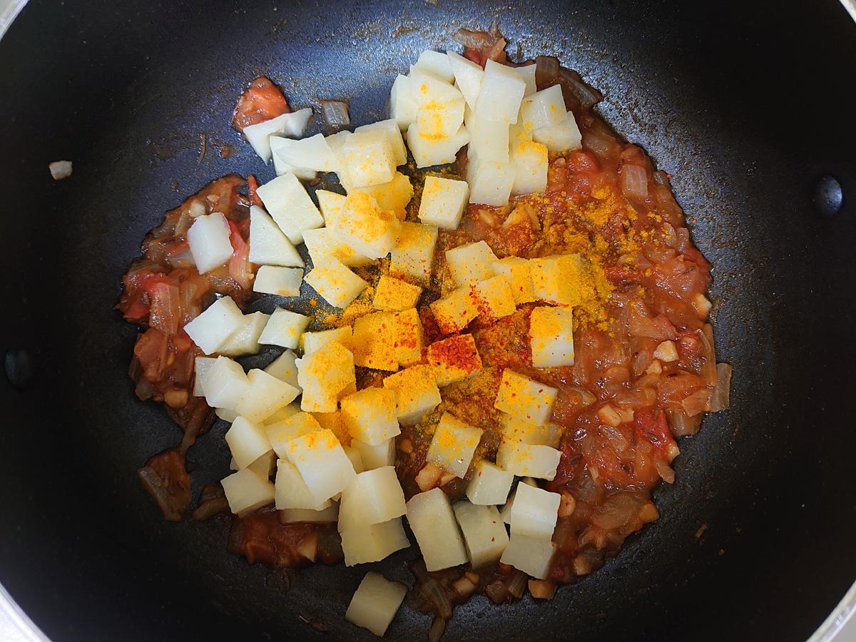 ジャガイモのサブジ作り方4。加熱したジャガイモとスパイスを入れて炒め合わせる