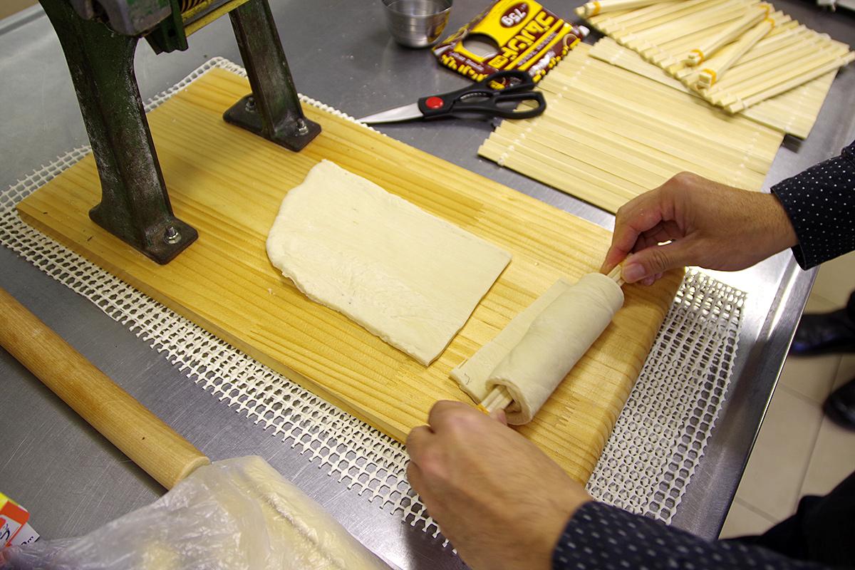 割りばしを芯にして生地を巻き付けます。本来は羅宇(らう)というステンレスの筒を使うそうです