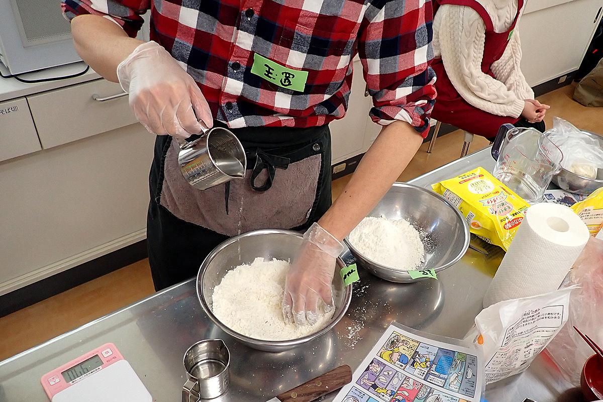 粉100:水45:塩2の配分にしました。麺ではなく塊なので、茹でるときに塩分が抜けにくいため、うどんよりも塩分を減らすのがコツ。塩5で作ったら、かなりしょっぱかったです