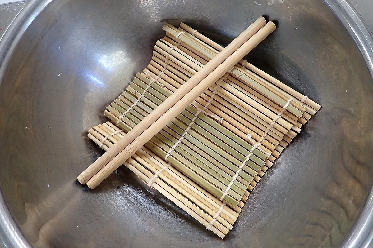 鬼すだれと羅宇の代わりに、手巻き寿司用の巻きすと竹のストローを使ってみましょう