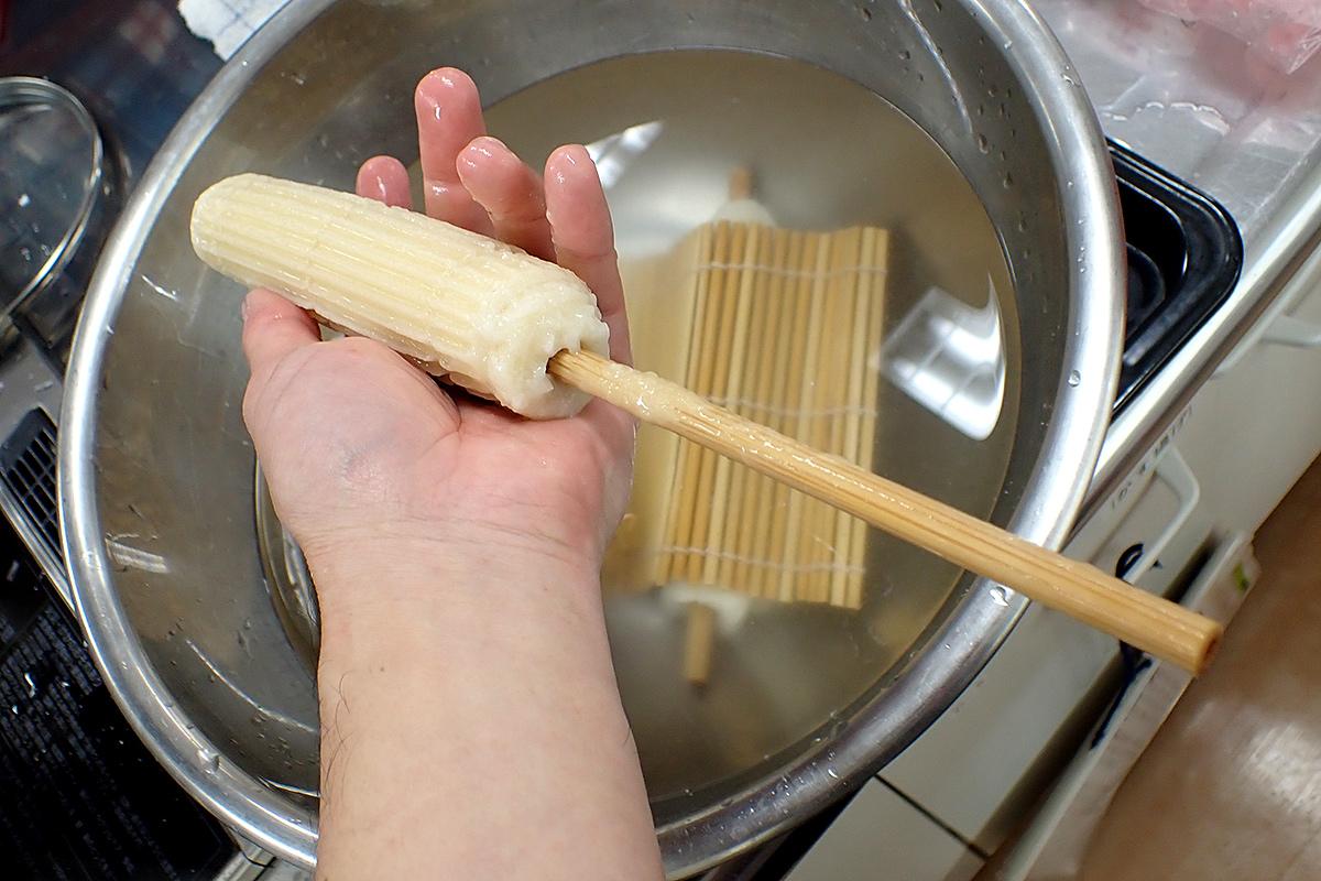 水で冷まして芯を抜いたら、手作りちくわぶの出来上がり。お好みで水に浸けて柔らかくしましょう
