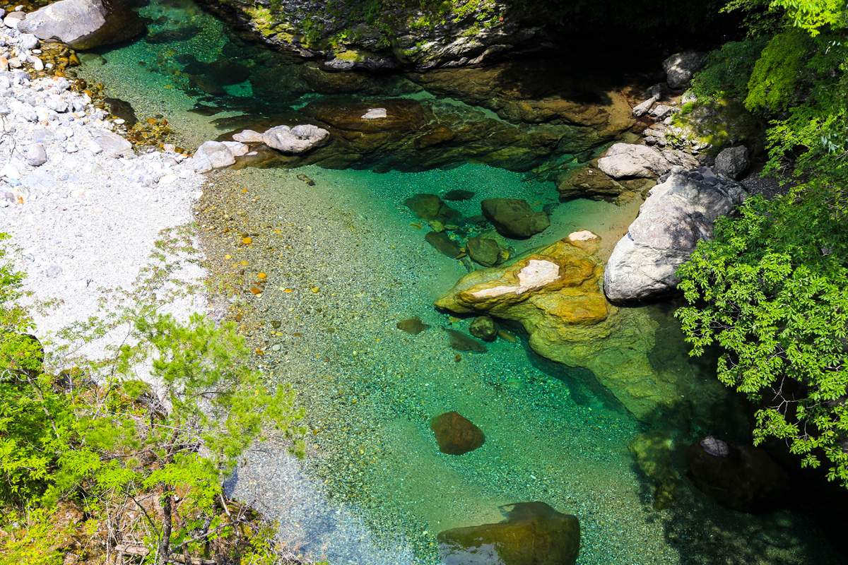 ソロキャンプの楽しみ方、景勝地めぐり。写真は奈良県天川村の息を呑むほど美しい川。