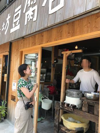全国の豆腐屋さんに飛び回っている私(写真は高知県の豆腐屋さん)