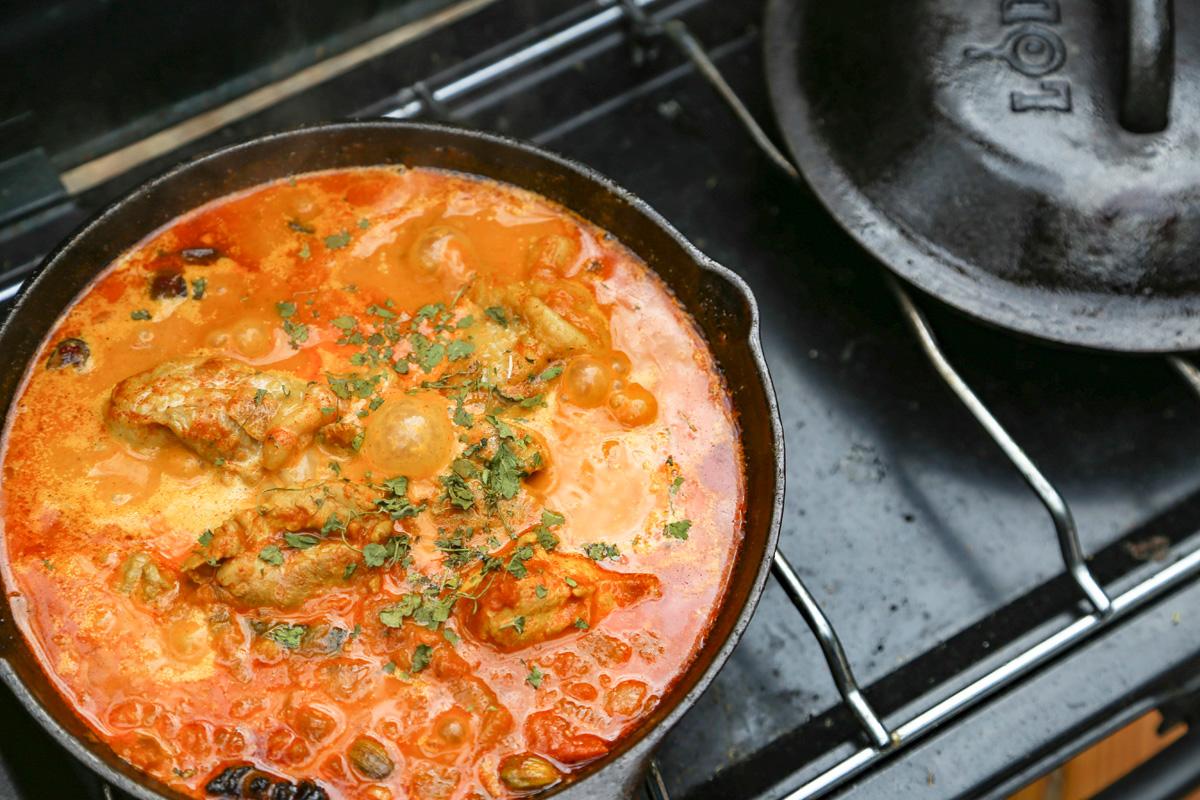 スキレットで作るソロキャンプ飯のイメージ