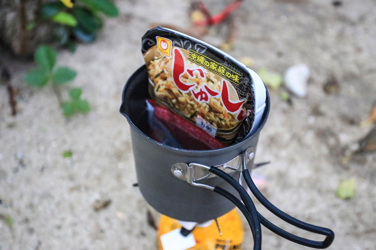 クッカーでレトルトごはんを温めて食べる
