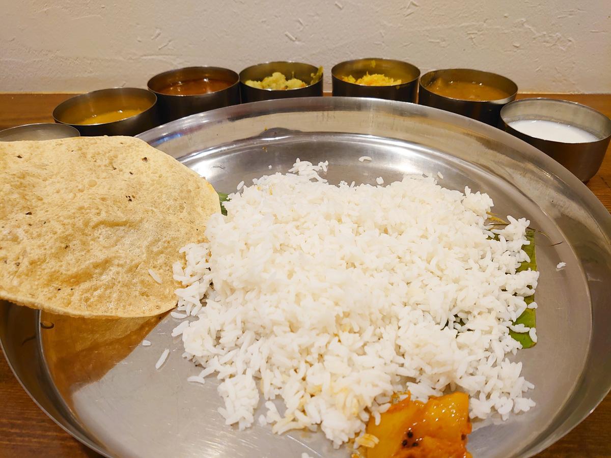 ミールスの食べ方。カップ(カトリ)をプレート(ターリー皿)から外すと食べやすい