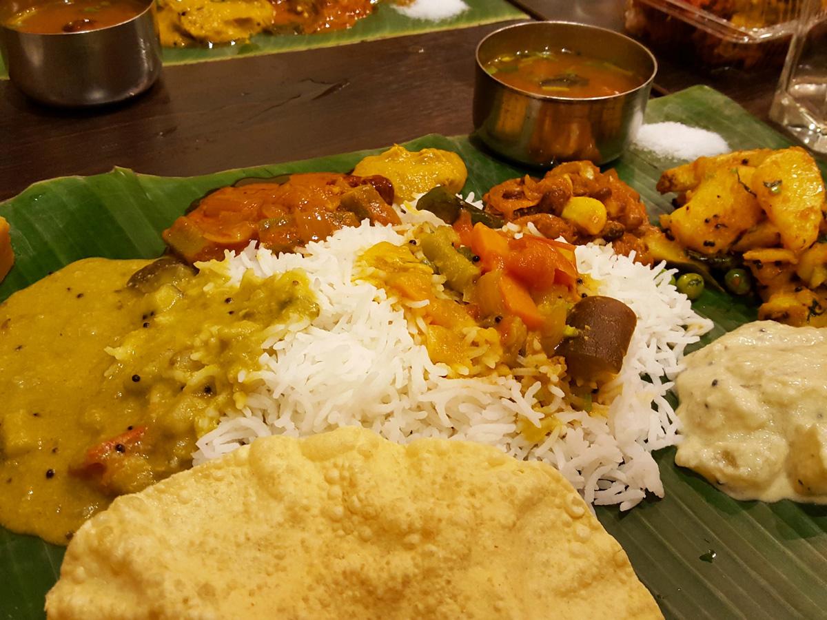 南インド料理は数種類のカレーやおかずを混ぜ合わせていただく