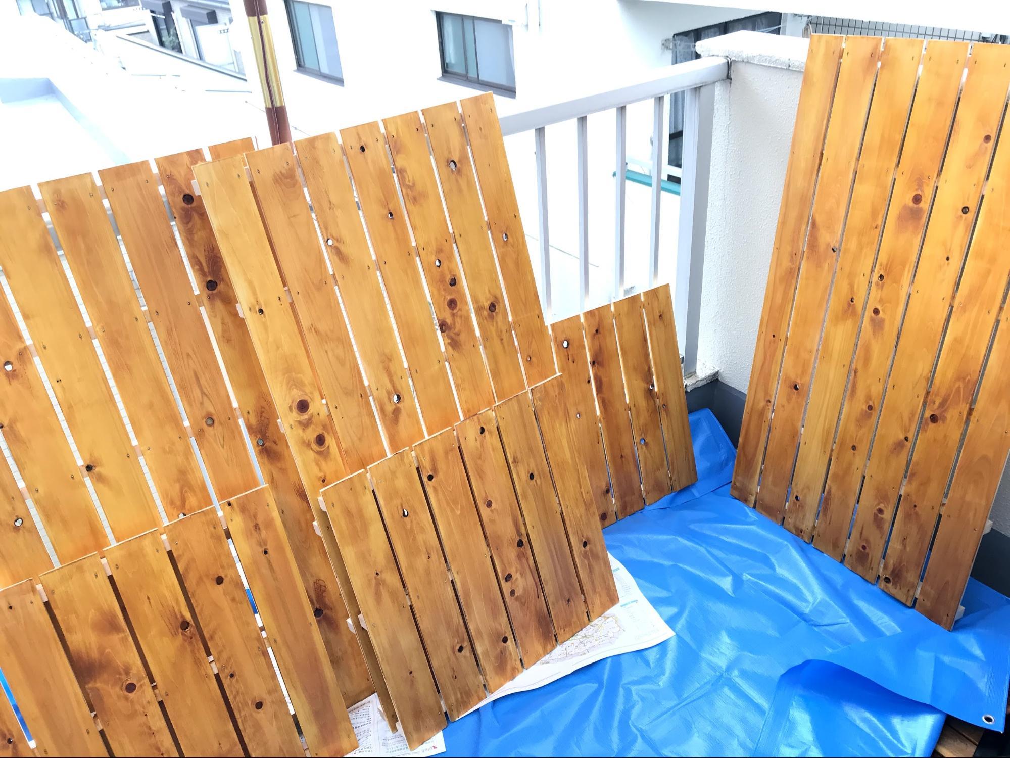 120×65cmの大きいサイズ3枚でパネル用のフェンスを作り、60×62cmサイズは目隠しのため手すりの一部に取り付けます
