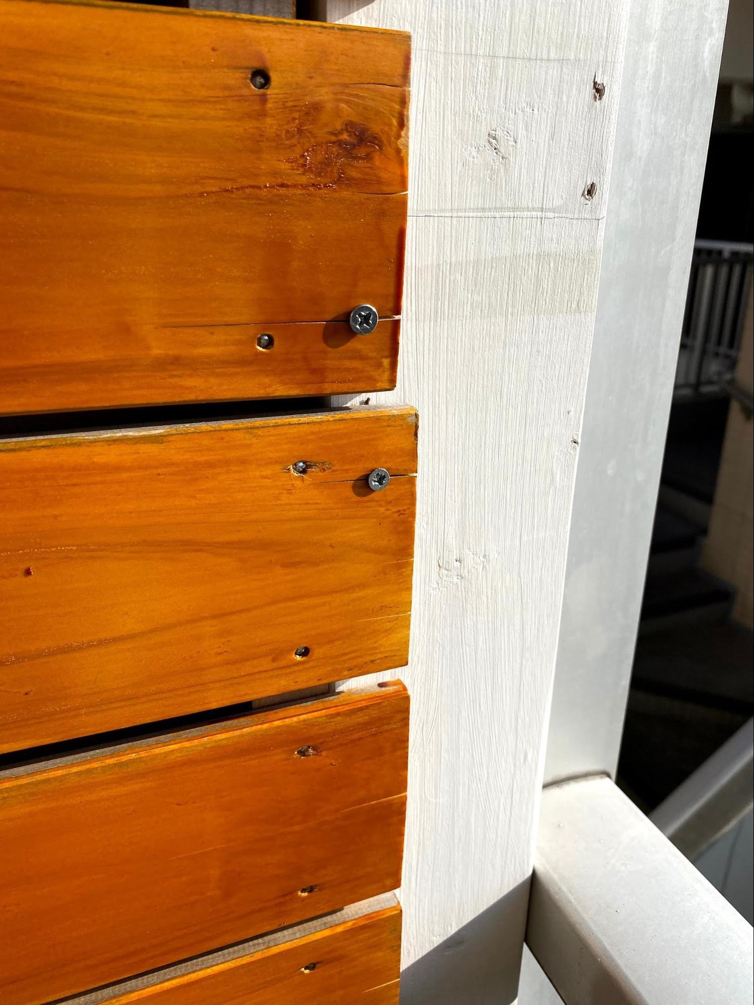 白くペイント済みのツーバイフォー材が余っていたので、そこに木ネジで打ち付ける