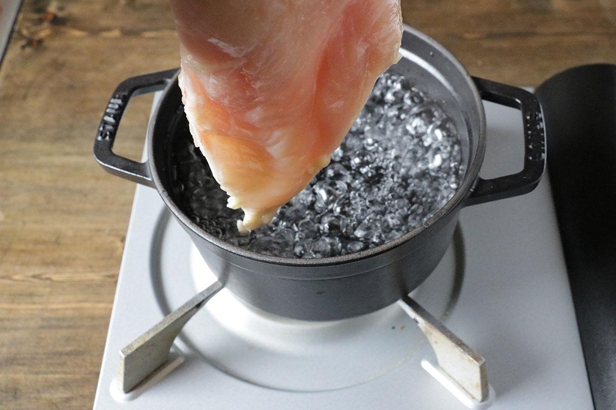 鍋に水3カップを沸かし、沸騰したら、鶏胸肉を入れる
